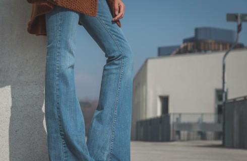 Come abbinare e portare i pantaloni a zampa