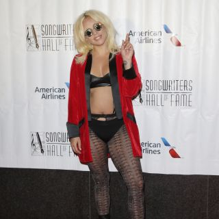 Lady Gaga in lingerie ai Songwriters Hall Of Fame