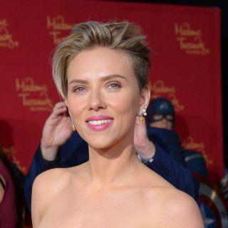 Scarlett Johansson cambia look: rossa e rasata dagli U2
