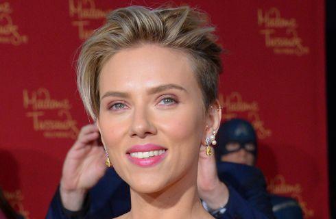 Scarlett Johansson cambia look: rossa e rasata al concerto degli U2