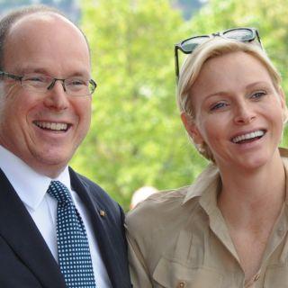 Charlène e Alberto di Monaco in marcia con i gemelli
