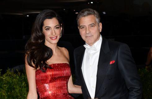 George Clooney e Amal ospitano Edward Norton sul lago di Como