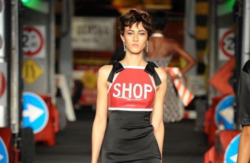 Moschino show: la moda è un cantiere