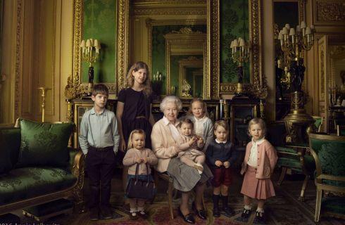 Regina Elisabetta II in posa con i pronipoti George e Charlotte per i 90 anni