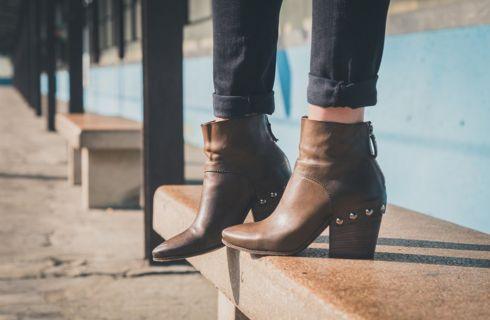 Cura dei piedi: come sopravvivere alle scarpe chiuse