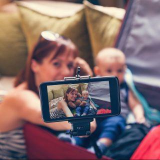 Foto di bambini sui social: rischi e consigli