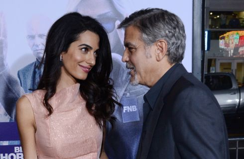 "Amal e George Clooney bacio sul red carpet di ""Our Brand is Crisis"""