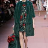 Dolce&Gabbana: abito in cady e cappotto di pelliccia di alpaca