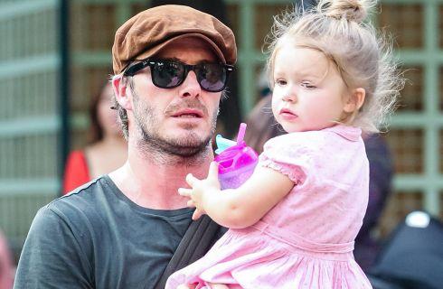 David Beckham cuce i vestiti della bambola della figlia