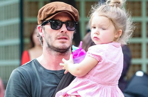 David Beckham: la figlia Harper disegna i suoi tatuaggi