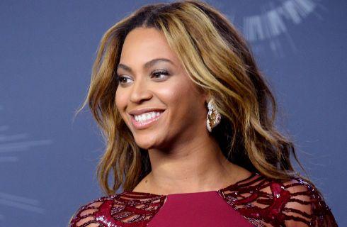 Beyoncé cambia look e sceglie il biondo platino