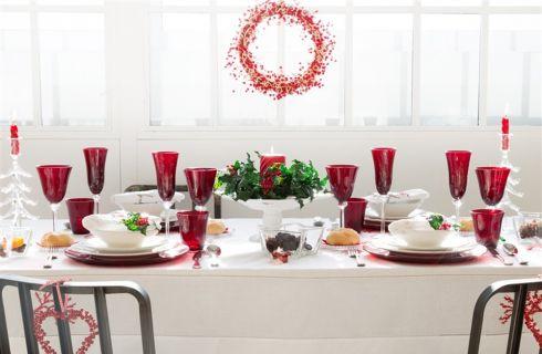 Pranzo di Natale: come apparecchiare la tavola, accogliere gli ospiti e servire i piatti