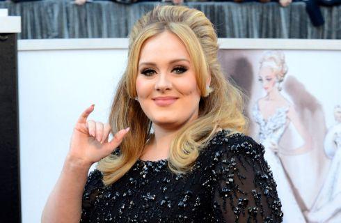 Adele: ordina pizza a 112 km di distanza e al suo arrivo si addormenta