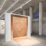 Recto Verso Veduta della mostra Fondazione Prada – Milano (Louis Cane Sol / Mur, 1974 Spray su tela). Foto Delfino Sisto Legnani Courtesy Fondazione Prada