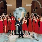 Valentino nel cortile di Palazzo Mignanelli a Roma