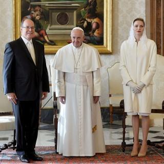 Charlène di Monaco vestita di bianco in visita dal Papa