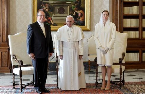 Charlène di Monaco vestita di bianco da Papa Francesco: privilegio da regina