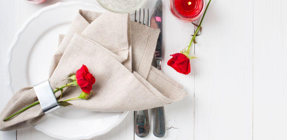 Cena romantica 5 idee per decorare la tavola diredonna for Idee per una cena di compleanno