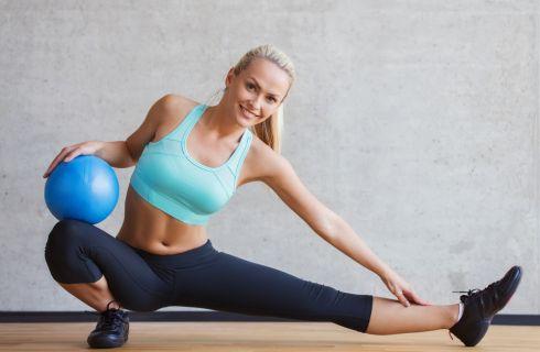 Esercizi con la palla medica per glutei e gambe: il tutorial