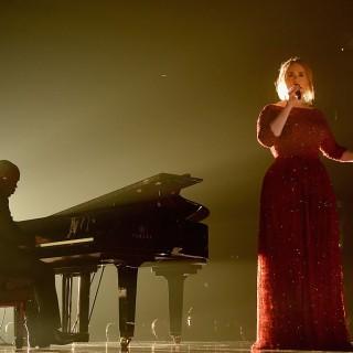 Adele confessa di aver pianto dopo l'esibizione ai Grammy