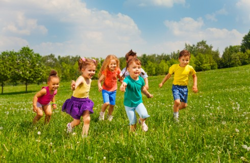 Rendimento scolastico bambini: migliora giocando all'aperto