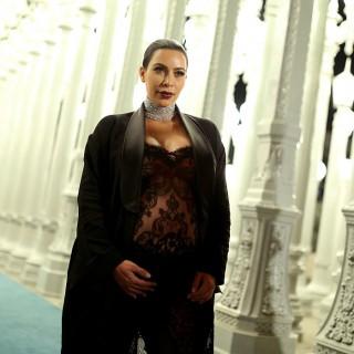 Kim Kardashian usa lo scotch per sostenere il décolleté
