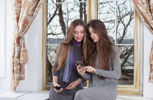 Madre e figlia identiche: la foto impazza sul web