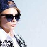 Cara Delevingne con gli occhiali da sole Chanel