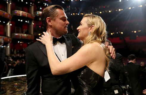 Premio Oscar 2016: l'abbraccio tra Leonardo DiCaprio e Kate Winslet