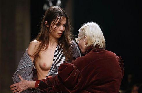 Vivienne Westwood sale in passerella per riparare l'abito della modella