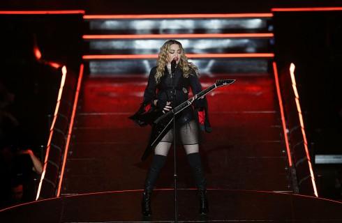 Madonna scopre il seno di una fan durante il concerto