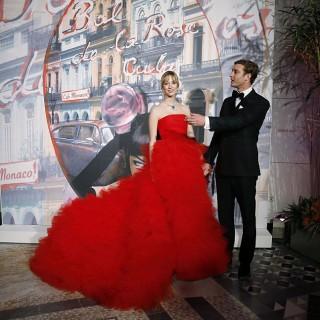 Beatrice Borromeo in rosso incanta al Ballo della Rosa