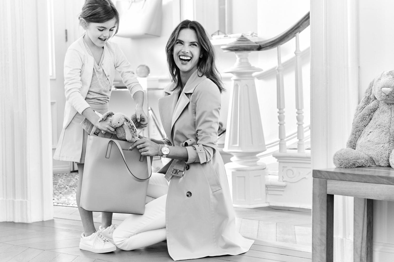 Alessandra Ambrosio con la figlia per Michael Kors, le foto della campagna