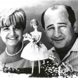 Ruth e Elliot Handler con una Barbie modello Bubblecut del 1962
