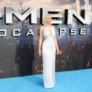 Jennifer Lawrence cade sul red carpet della prima di X-Men