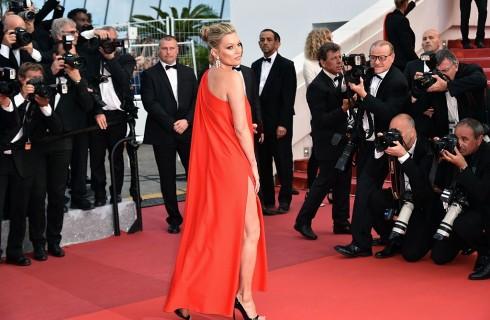 Cannes 2016: Kate Moss e la sorella sfilano in rosso