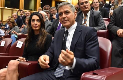 Amal Clooney: look total black per incontrare Papa Francesco