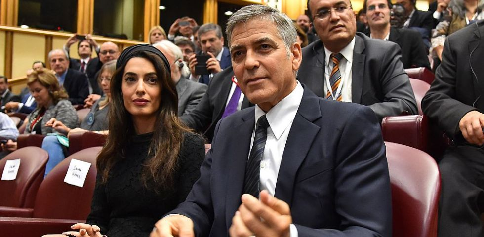 Amal Clooney: look total black per incontrare Papa Francesco