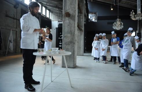 Carlo Cracco in cucina con i bambini sulle navi MSC