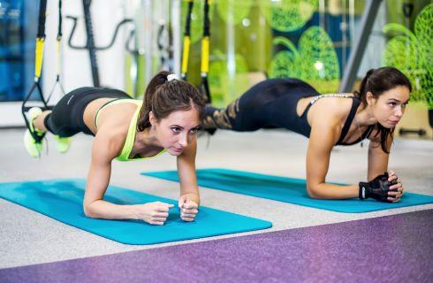 3 esercizi per le gambe da fare con il TRX