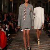 Dior Cruise 2017: cappotto di cotone grigio in tweed su gonna di cotone bianco