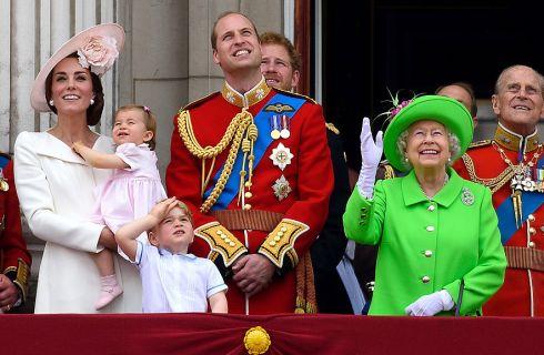 Il principe George e Charlotte rubano la scena a Kate Middleton e alla regina