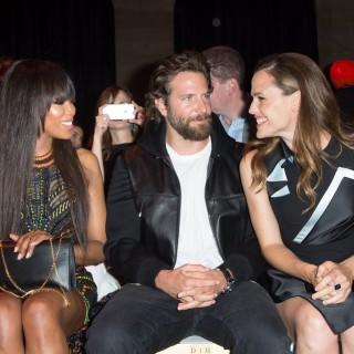 Bradley Cooper in prima fila da Versace per Irina Shayk