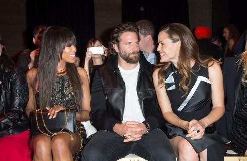 Bradley Cooper in prima fila da Atelier Versace per vedere Irina Shayk