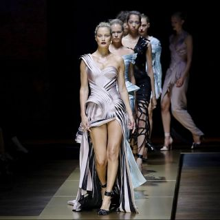 Atelier versace haute couture per l 39 autunno 2016 le foto for Buffetti trento