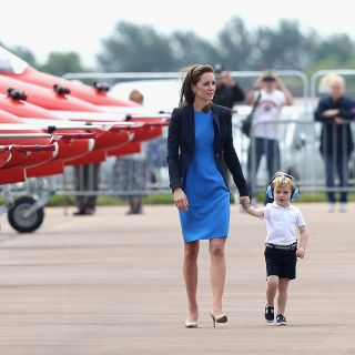 Kate Middleton: visita alla base RAF con il piccolo George