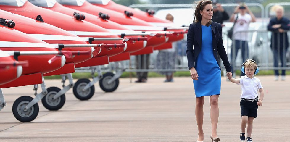Kate Middleton: visita alla base RAF con il piccolo George