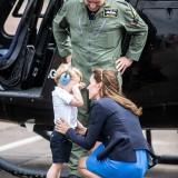 Kate Middleton consola il principe George in lacrime durante la visita alla base RAF