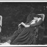 Culture Chanel, Gabrielle Chanel riposa con un libro in mano (circa 1908) Ferréol de Nexon Collection, Paris