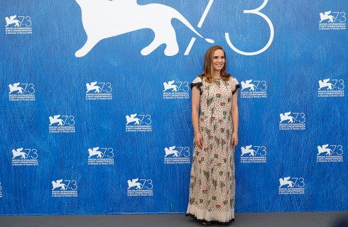 Mostra del Cinema di Venezia 2016: Natalie Portman incinta per presentare Jackie e Planetarium